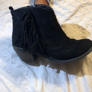 Great condition, adorable black ankle boots!!